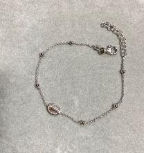 Zilveren armbandje met heilige Maria beeltenis.
