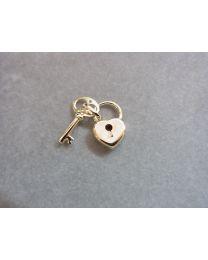 Gouden sleutel met gouden hartje met sleutelgat.