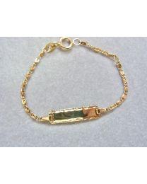 Baby graveer naamplaat armband goud. Bewerkt plaatje en S schakeltje. Lengte 10 tot 12 cm.