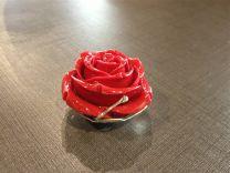 Zilveren hanger met rode roos van 4 cm.