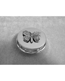 Zilveren doosje met donker zilveren vlinder.