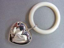 Zilveren hart rammelaar glad aan ring