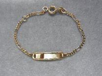 Gouden baby naamplaat armbandje met bewerkt plaatje, figaro 11 tot 13 cm