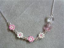 Kettinkje met vlinder en roze en witte bloempjes