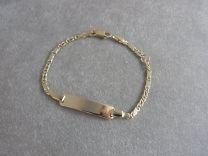 Gouden baby naamplaat armband met valkenoog schakeltje 9 tot 11 cm