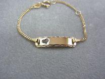 Baby naam armband goud, met bewerkt plaatje en hartje 9 tot 11 cm
