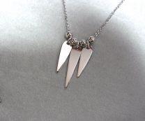 Zilveren collier met 3 pegeltjes