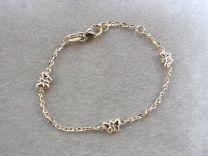 Gouden baby armbandje met 3 vlindertjes 9 tot 11 cm.