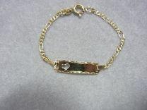 Baby naam armband met bewerkt plaatje en hartje 9 tot 11 cm.