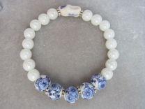 Rek armband met Delfts blauwe kralen en klompje.