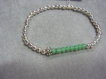 Verzilverd rek armbandje met bolletjes en groene steentjes