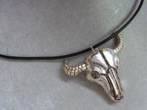 Buffel schedel hanger met verstelbare leren ketting.
