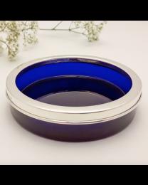Blauw glazen flessenbak met echt zilveren rand