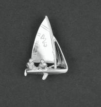 Zilveren zeilboot hanger met 2 zeilers.